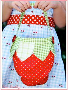 Sweet-strawberry-bag-pattern--free,-via-Red-Brolly