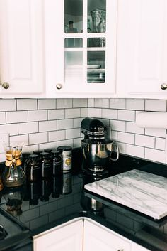 Kitchen backsplash ideas that will brighten and modernize your kitchen. with cabinets, diy for big and small kitchen - white or dark cabinets, tile patterns Backsplash For White Cabinets, Dark Countertops, Blue Backsplash, Dark Cabinets, Kitchen With Black Countertops, Mirror Backsplash, Beadboard Backsplash, Stone Backsplash, Herringbone Backsplash