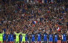 Les Bleus font un clapping avec leurs supporters au Vélodrome le 7 juillet 2016.