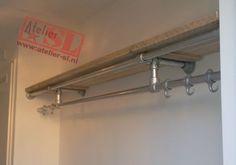 Kapstok van steigerhout en steigerbuis. In een mooie industriele stijl uitgevoerd. Afmetingen: 225 x 15 x 40 cm. (BxHxD)