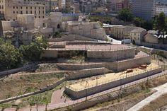 El Raval Vell quedó defendido por Las Murallas Medievales y varias torres. Se han conservado los restos de la Torre de l'Andana, la Torre de N'Aiça y Torre-portal de Riquer. A inicios del siglo XVIII, con ocasión de la Guerra de Sucesión, se construyó un baluarte junto a la Torre de N'Aiça. Años más tarde, las torres se adaptaron para viviendas y sobre la muralla de la calle de la Puríssima se abrió una puerta más amplia, el Arc de Sant Roc. #Alcoy #Alcoi #Lugaresdeinterés