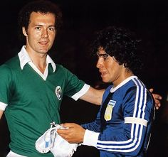 Soccer in the New York Cosmos midfielder Franz Beckenbauer and Argentina midfielder Diego Maradona met up for the first of many encounters in an exhibition match in early Kevin Keegan, Uefa European Championship, European Championships, Retro Football, Vintage Football, New York Cosmos, Diego Armando, Legends Football, Retro Pictures