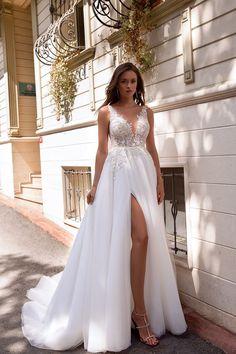 Light Wedding Dresses, Slit Wedding Dress, Minimalist Wedding Dresses, Open Back Wedding Dress, Classic Wedding Dress, Bridal Dresses, Wedding Dresses With Slit, Wedding Dress Shapes, Fitted Wedding Gown
