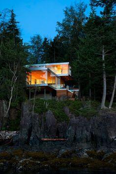 Gambier Island House by mcfarlane green biggar architecture + design (Steve McFarlane) / Gambier Harbour, Canada, 2013 #pin_it @mundodascasas See more Here: www.mundodascasas.com.br