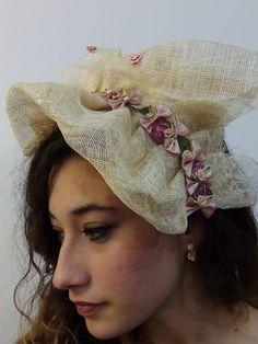 Pamela tocado de rafia tostada y decoración en rosas y malvas. Modelo reversible.
