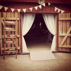 I need a barn wedding! Bar Lounge, Wedding Locations, Logs, Vintage Fashion, Vintage Style, Instagram, American Country, Wedding Vintage, Home Decor