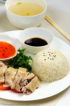 Hainanese chicken rice is a famous dish in Singapore, that features with soft and juicy boiled chicken, flavorful rice and hearty soup. Yummy Chicken Recipes, Rice Recipes, Asian Recipes, Cooking Recipes, Yummy Food, Boiled Chicken, Chicken Rice, Quesadillas, Sin Gluten