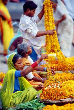 Flower Garland Sellers, Varanasi, India by Peter Tomlinson. Such a beautiful culture! We Are The World, People Around The World, Wonders Of The World, Around The Worlds, Thinking Day, Flower Garlands, Varanasi, World Of Color, India Travel