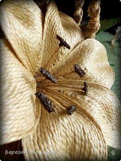 Вся композиция выполнена из джутовых ниток.Часть джута была отбелена для листиков цветка. фото 3