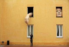 """ESPAGNE, Séville : Une femme prend des photos de l'installation artistique """"Alice"""", par l'artiste espagnole Cristina Lucas, dans le Centre andalou d'art contemporain de Séville, le 10 avril 2013. REUTERS / Marcelo del Pozo"""