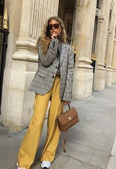 On ne se lasse pas du trio gris/jaune/blanc ! Look Street Style, Casual Street Style, Casual Chic, Trendy Outfits, Fashion Outfits, Womens Fashion, Fashion Trends, Cute Outfits, Work Fashion