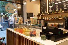 Arredamento su misura per gelateria e pasticceria. Un design creativo, dall'appeal insieme estetico e funzionale, per un locale singolare e inedito, in altre parole un arredamento su misura che rivoluziona l'idea di gelato, proponendolo arrotolato, e offre bevande multicolore a base di tè e latte aromatizzato . Bubble Tea, Gelato, Liquor Cabinet, Storage, Furniture, Design, Home Decor, Purse Storage, Ice Cream