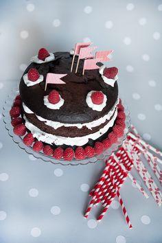 Decoración de fiestas. Stand de cristal para tartas. Pajitas de papel rayas rojas y lunares rojos. Banderitas rayas rojas para aperitivos.
