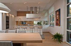 VILLA TRA I NAVIGLI MILANESI Cucina con parete in rovere e specchio
