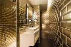 Christian Lacroix a usé de son imagination débordante pour cette salle de bain entièrement dorée. L'hôtel Antoine dans la 11ème arrondissement de Paris ne manque pas de chic. l projets hôteliers l décoration tendance l couleurs tendances l inspiration et idées l  Pour plus d'idées, cliquez ici : http://www.brabbu.com/en/all-products.php