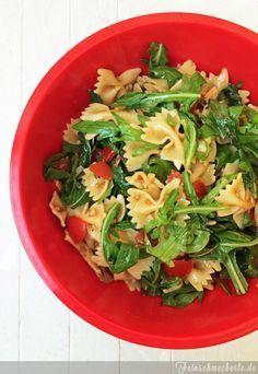 Die perfekte Grillbeilage: Nudelsalat mit Rucola, Parmesan und Tomaten(pesto) #wirrettenwaszurettenist