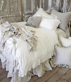 Vintage Ruffle Duvet Cover from Full Bloom Cottage luxus vuodevaatteet *♡* Shabby Chic Bedrooms, Shabby Chic Homes, Shabby Chic Furniture, Shabby Cottage, Rustic Cottage, French Cottage, Cottage House, Shabby Chic Bedding Sets, Furniture Sets