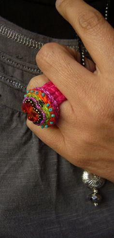crochet ring / Häkelring mit Swarovski-Perlen und Rocailles