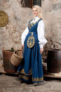 Kvinnebunad fra Romerike- L40 Costume Shop, Folk Costume, Costume Dress, Norwegian Clothing, Scandinavian Art, Medieval Dress, Female Portrait, Traditional Dresses, World Of Fashion