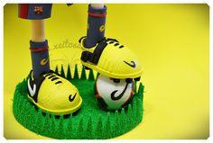 Fofucha Iniesta del F.C. Barcelona con sus zapatillas Nike y el balón de la liga 2012/2013