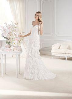 #Vestido de #novia con corte columna con volantes, de tirantes y escote de corazón. Modelo EMERALD. chantu.es