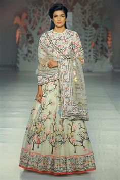 India Couture Week: 8 looks that you can actually wear! Designer Rahul Mishra's collection of fabulous yet wearable outfits at the India Couture Week 2017 almost took our breath. Indian Wedding Outfits, Indian Outfits, Ethnic Outfits, Indian Clothes, India Fashion, Asian Fashion, Indian Designer Outfits, Designer Dresses, Lehenga Indien