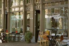 Winkelcafé De Zeeuwse Meisjes is een winkel en koffiebar ineen. Bij De Zeeuwse Meisjes moet je zijn voor die ene retrostoel, dat prachtige handgemaakte portemoneetje of de perfecte zeefdruk voor een vriend die net een nieuw huis heeft gekocht. Alles wat je ziet is te koop, behalve de toonbank.