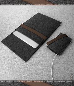 Unser fühlte DUETT-Set bietet eine stilvolle und funktionelle Haus für Ihr iPad / iPad Air/9,7 iPad Pro und iPhone und Ihre Geräte vor Staub und Kratzern schützt.  FÜHLTE DUETT besteht aus 100 % deutschen Graphit Deutsch fühlte, die umweltfreundlich, atmungsaktiv, wasserabweisend und schmutzabweisend ist von Natur aus. Die Schließung ist ein dunkles Braun farbige elastische Band.  Unsere fühlte DUETT-Set ist stilvoll und schön Set für beide Geräte und bietet hervorragenden Schutz. S...