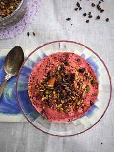 Jordbær-is med ingefær. Sukkerfri og mælkefri opskrift, som kan bruges til både morgenmad og dessert. --> Madbanditten.dk