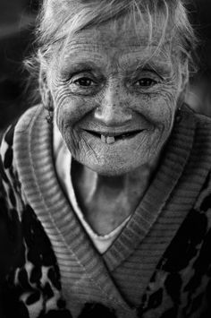 I love this face, the smile, the wrinkles. What a beautiful lady! Old Faces, Many Faces, Smile Face, Make Me Smile, Beautiful Smile, Beautiful People, White Photography, Portrait Photography, People Photography