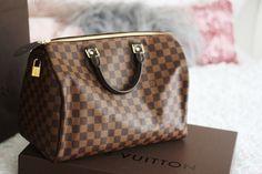S comme le classique Speedy de chez Louis Vuitton www.leasyluxe.com #vuittonbag #luxurybag #classic #leasyluxe