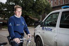 """Een buurtinspecteur is de komende weken hét tv-gezicht van de Gentse politie. Lokeraar Davy Van Slycken (36) is immers een van de hoofdrolspelers in het VTM-programma 'Alloo bij de lokale politie'. """"Wij zijn geen uitbollende agenten op leeftijd meer, die tijd is voorbij."""" - Gent"""
