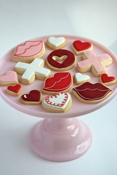 "Valentine's Day Cookie and Cupcake Ideas from @Sweetopia ~ Marian Poirier  this icing job is ""unbleivable""!"