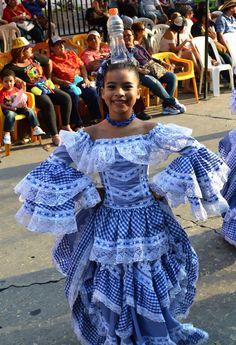 Colòmbia, Barranquilla. Folklorico Dresses, Colombian People, Vestido Charro, Spanish Fashion, Blue And White Dress, Halloween Disfraces, Bird Prints, Dance Costumes, Traditional Dresses