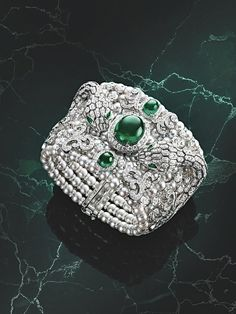 BVLGARI Barocko - 'Misteriosi Serpenti' Montre secrète - or blanc, 3605 diamants, 226 perles de culture et émeraudes #Bvlgari #BarockoCollection #Bvlgari2020 #FineJewelry #Diamond #Emerald #AkoyaPearl
