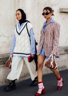 From shirts to belted coats and cardigans, the street style at Milan Fashion Week Fall 2020 is nothing short of stellar. Casual Fashion Trends, Indian Fashion Trends, Spring Fashion Trends, Summer Fashion Trends, Milan Fashion, 1940s Fashion, Fashion 2020, Street Fashion, Spring Street Style