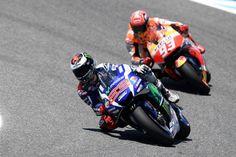 O GP de Itália terminou de forma espectacular em Mugello, com Lorenzo a levar a melhor de forma impressionante sobre Márquez. Veja aqui a última volta de loucos no duelo entre os dois pilotos espan…