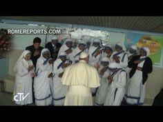 Francisco bromea con las Misioneras de la Caridad en su visita al centro...