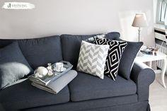 Ein Sofa in grau ist noch nichts besonderes. Richtig aufgewertet wird es erst durch die richtigen Accessoires wie gemusterte Kissen, ein Plaid oder eine nette Lampe neben der Couch.  #livingroom #grey #couch