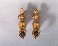 A PAIR OF ROMAN GOLD AND GARNET EARRINGS -  CIRCA 1ST-2ND CENTURY A.D.