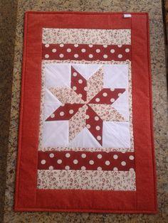 Produto SUPER VERSÁTIL! Pano de fogão em patchwork (ideal para fogão de 6 bocas), caminho de mesa, tapete... Feito em tecido 100% algodão e manta acrílica. Medidas: 76 cm X 45 cm