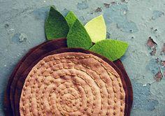 Quer aprender a fazer artesanato com feltro? Comece fazendo um simples e bonito descanso de panela.