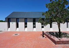 Image 6 of 42 from gallery of The International School of Hout Bay / Luis Mira Architects + StudioMAS + Sergio Aguilar. Photograph by Wieland Gleich Facade Architecture, Landscape Architecture, International School, New Construction, Mansions, House Styles, Gallery, Building, Outdoor Decor