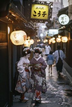 Two Maiko on their way to evening appointments in Kyoto, Japan - 1961 Photography by Burt Glinn (1925-2008) Source : Magnum photos