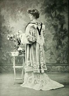 1904 November, Les Modes - Evening coat by Lachartroulle 1900s Fashion, Edwardian Fashion, Vintage Fashion, Old Pictures, Old Photos, Vintage Photos, Art Nouveau, Style Édouardien, Court Dresses