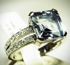 - Damenring aus 750 Weißgold - Brillanten 0,25ct - Tarbe Wesselton (weiß), Reinheit SI ( kleine Einschlüsse) - Topas - Gewicht 6,74 Gramm - Ringweite 54