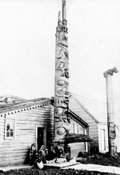 Star House with its frontal pole and memorial pole. Note that the frontal pole is not directly attached to the frame of the house.