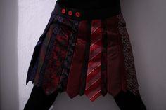 Tag 174: Gastbeitrag – Krawattenrock Krawatten halbieren und zusammennähen. Länge bestimmen, Krawatten auf der Länge abnähen und abschneiden, einen Bund annähen. Dieser Rock ist gewickelt und hat am Bund drei Knöpfe an der richtigen Stelle und einen vierten damit man auch die Größe umstellen kann.
