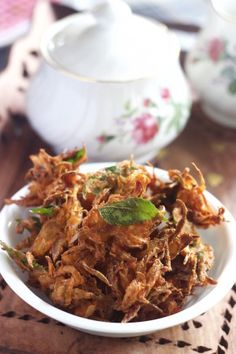 These gluten free and crispy onion fritters are irresistible and so easy to make. Onion Bhaji Recipes, Pakora Recipes, Indian Chicken Recipes, Indian Food Recipes, Ethnic Recipes, Aloo Tikki Recipe, Tea Time Snacks, Party Snacks, Coriander Cilantro