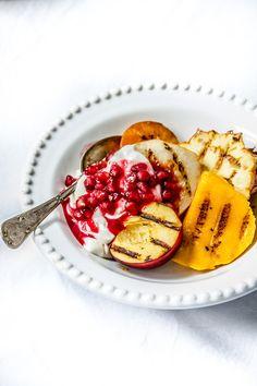 Frutas grelhadas com iogurte e romã